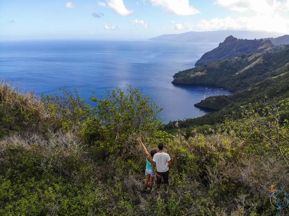 Vol de notre drone au-dessus de la baie de Hapatoni sur l'île de Tahuata aux Marquises.