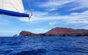 Navigation le long de la côte de l'île de Ua Huka aux Marquises.