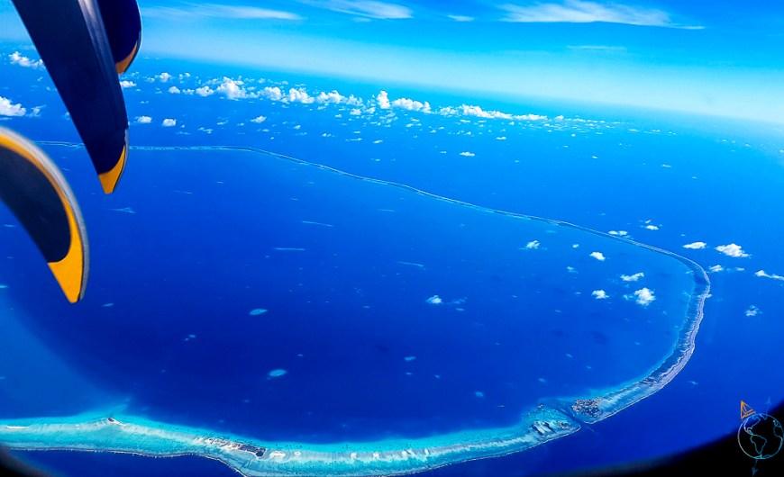 Un atoll des Tuamotu vu du ciel d'un avion.