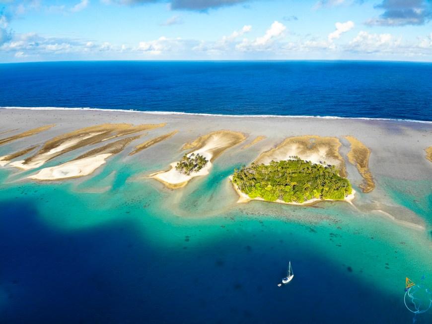 Les motu sur la barrière de corail de l'atoll de Raroia.