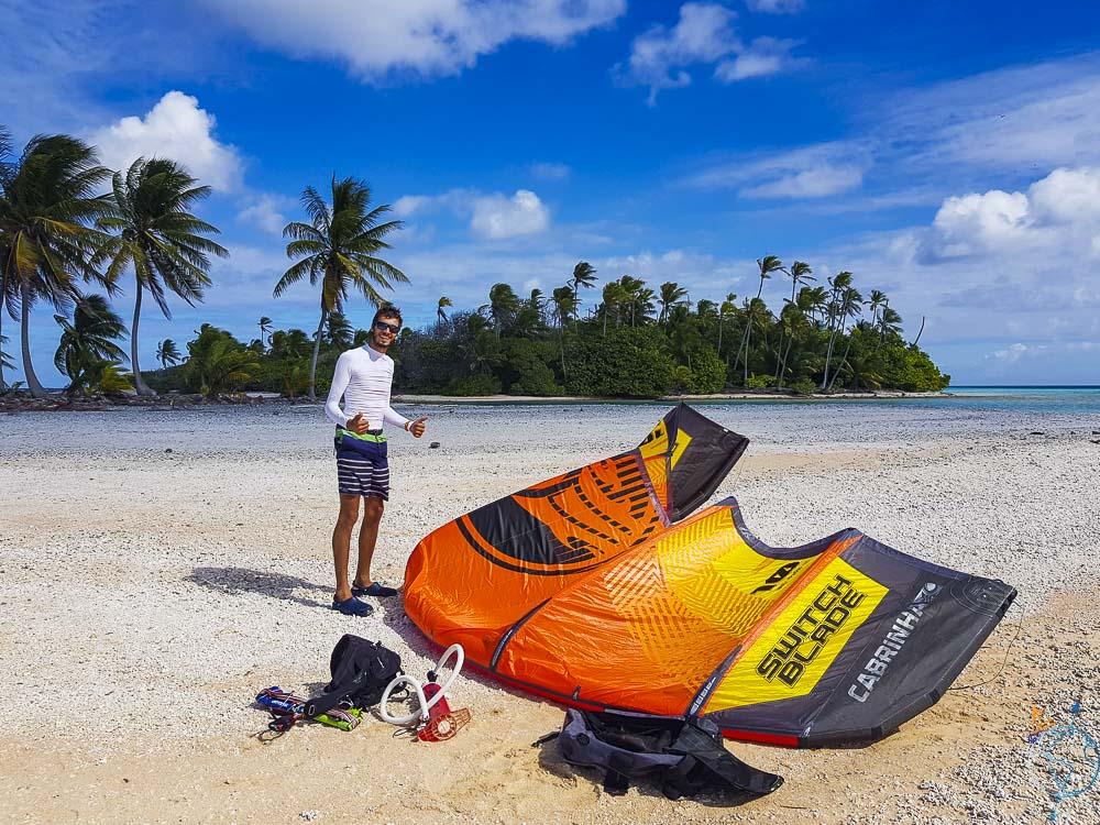 Aile de kitesurf gonflée et prête à naviguer à Raroia aux Tuamotu.