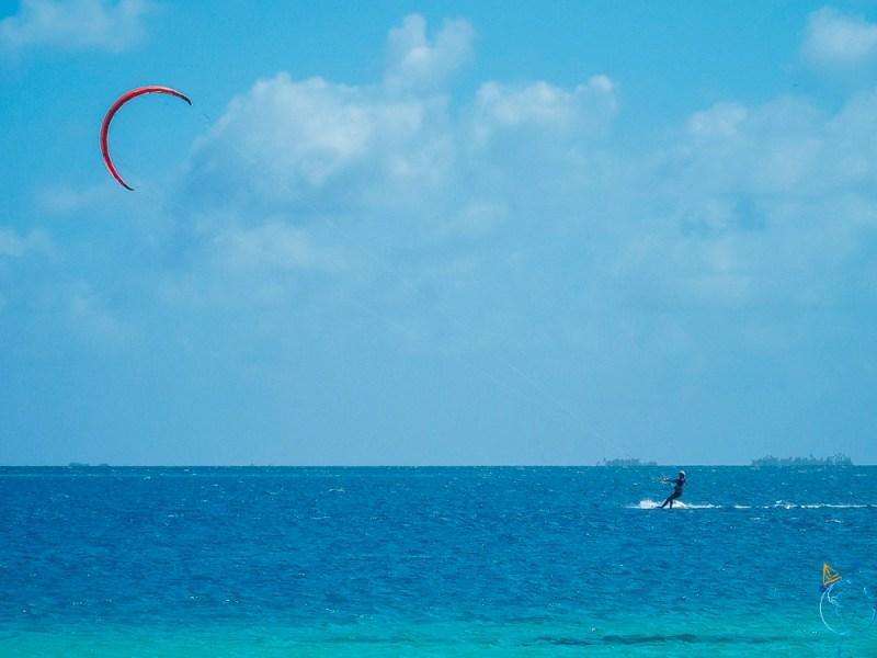 Session de kitesurf pour Anaïs à Raroia, sur le lagon.