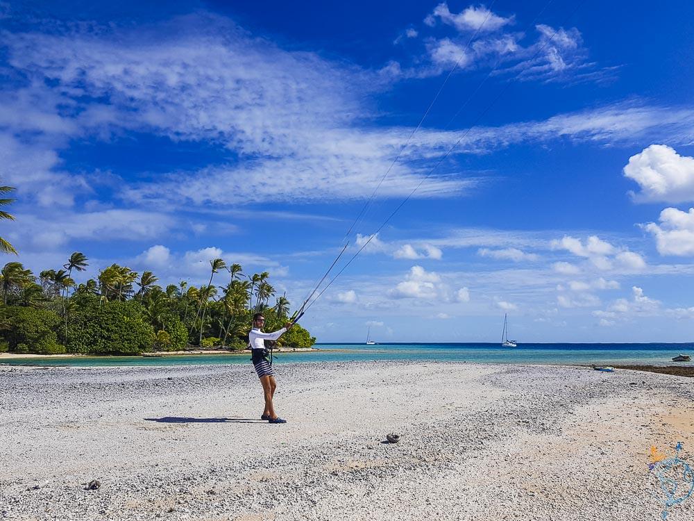 Damien sur la plage avec son aile de kitesurf à Raroia.