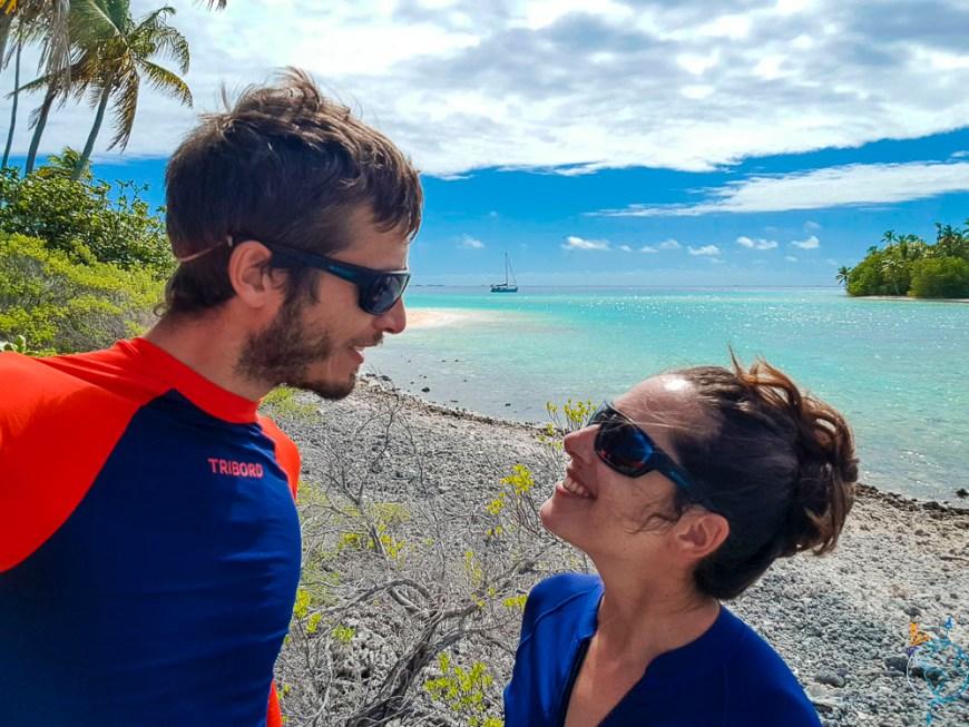 Petite balade sur les motu en couple, sur l'atoll de Raroia.