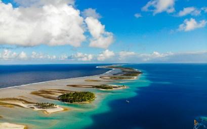 Vue du ciel des motu de Raroia en Polynésie française.