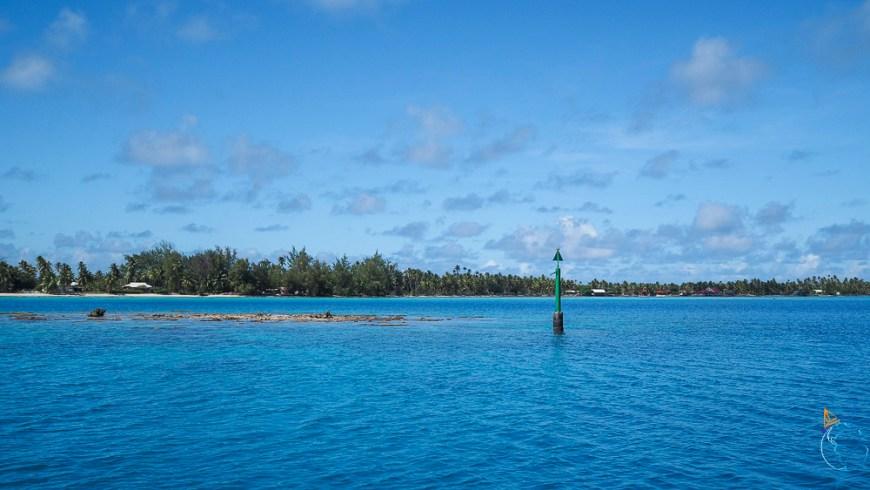 Perche indiquant le chenal pour longer la côte est de l'atoll de Fakarava.
