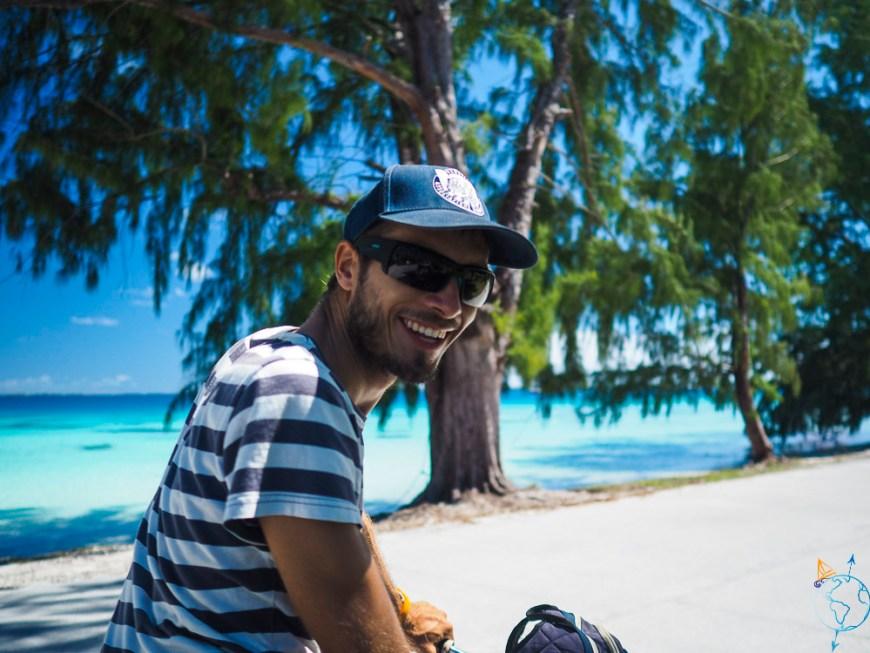 Damien à vélo sur les petites de routes de Rotoava devant le lagon.