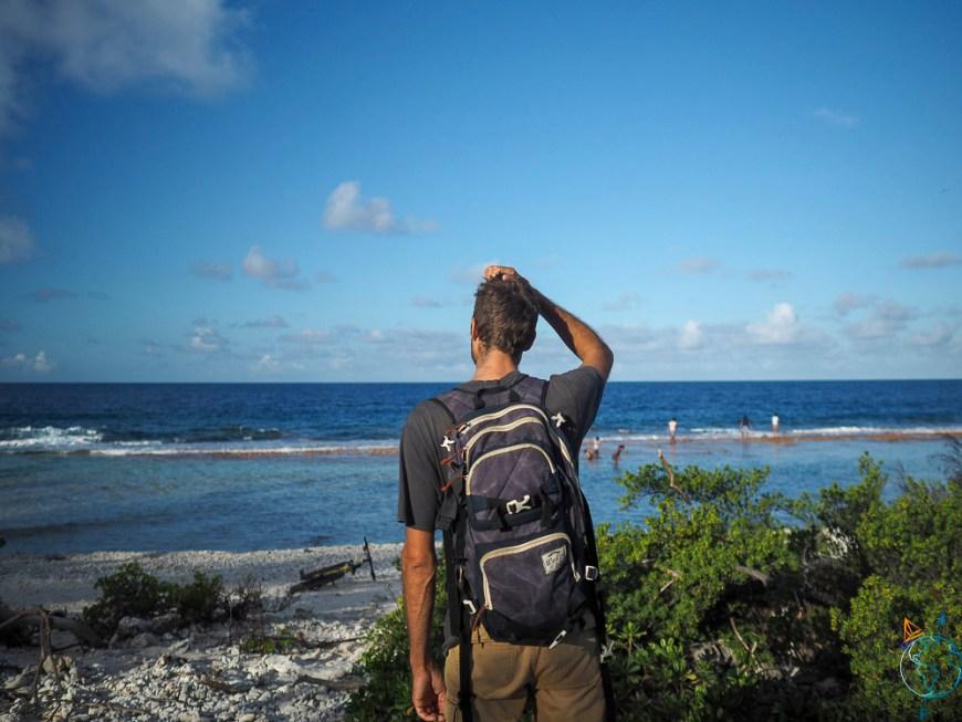 Face à l'océan et à la barrière de corail au village de Rotoava.