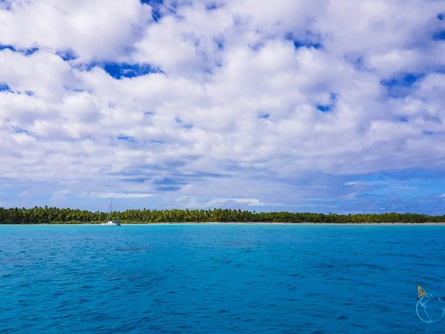 Catamaran au mouillage à l'est de l'atoll de Makemo.