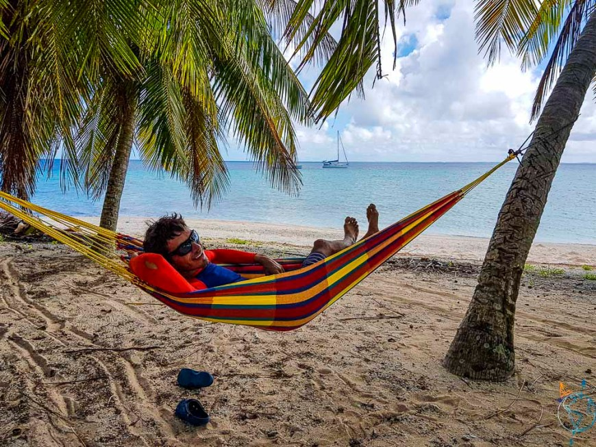 Damien qui se repose dans le hamac face au lagon de Makemo.