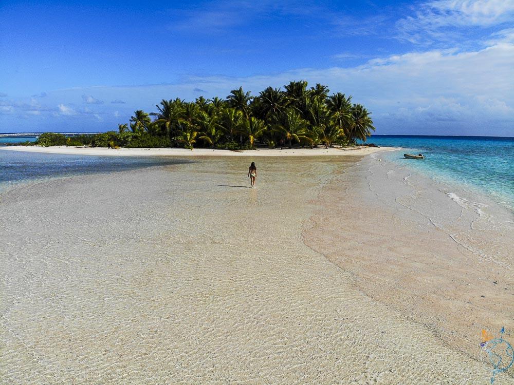 Balade pieds nus sur la plage à marée haute à Makemo.