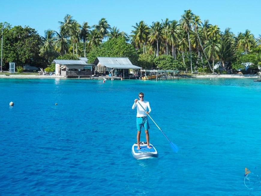 Paddle sur la surface calme de l'eau dans l'Anse Amyot à Toau.
