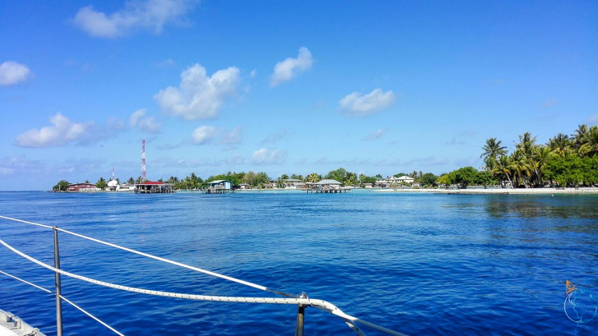 Le village d'Apataki près de la passe de l'atoll, dans les Tuamotu.