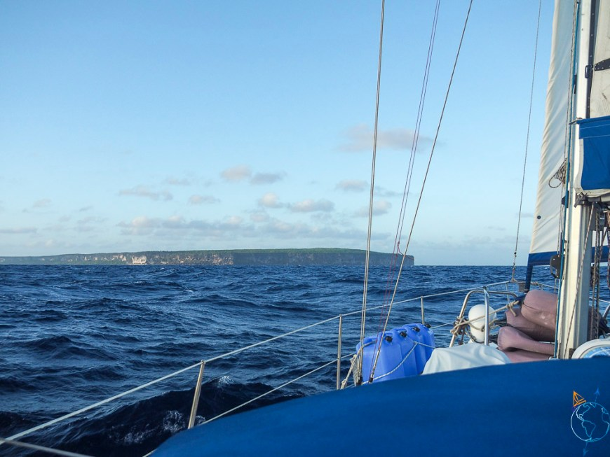 Arrivée devant l'île de Makatea dans les Tuamotu.