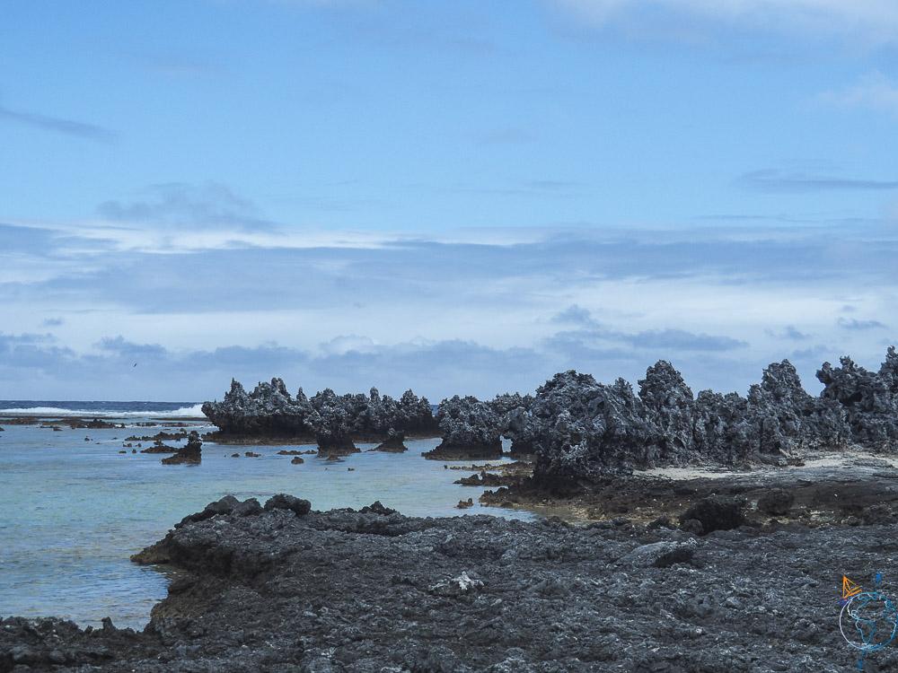 Les récifs acérés sur les motu du sud de l'atoll.
