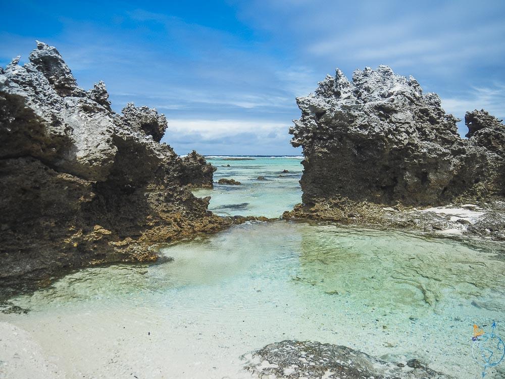 L'eau de mer se déverse depuis l'océan entre les récifs gris du sud de Rangiroa.