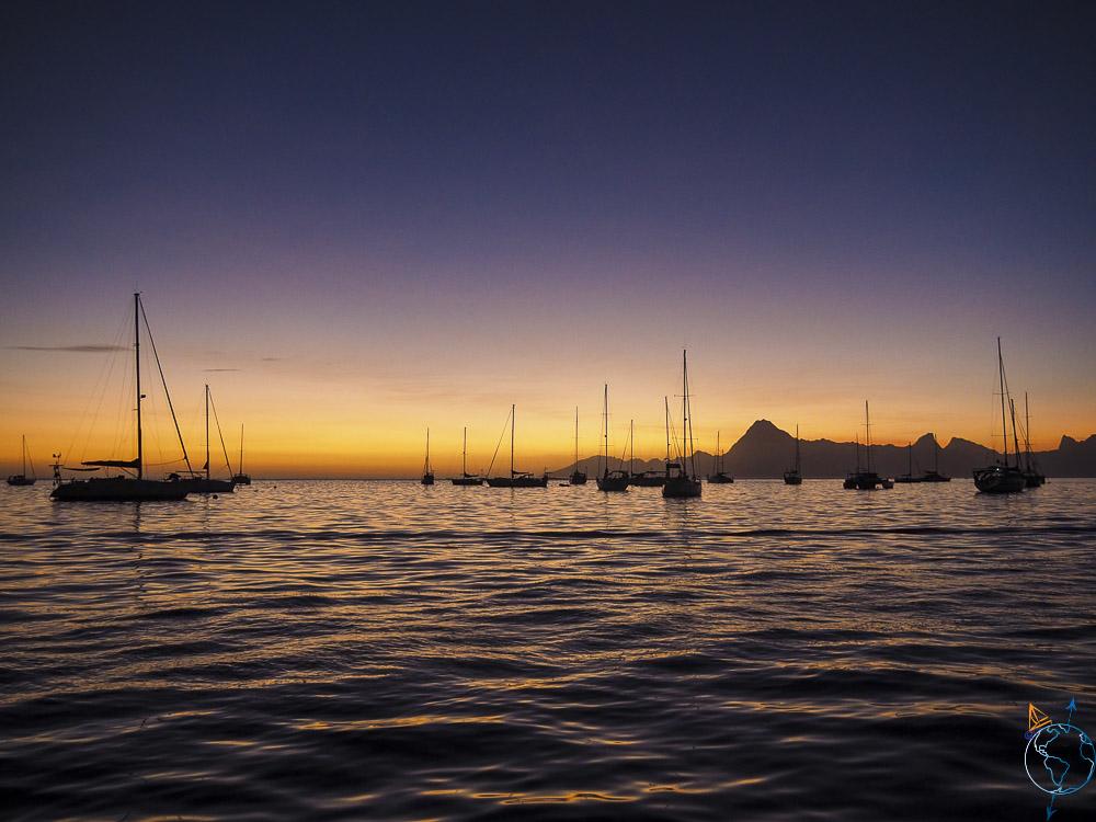 Coucher de soleil sur Moorea, vu depuis le lagon de Tahiti.
