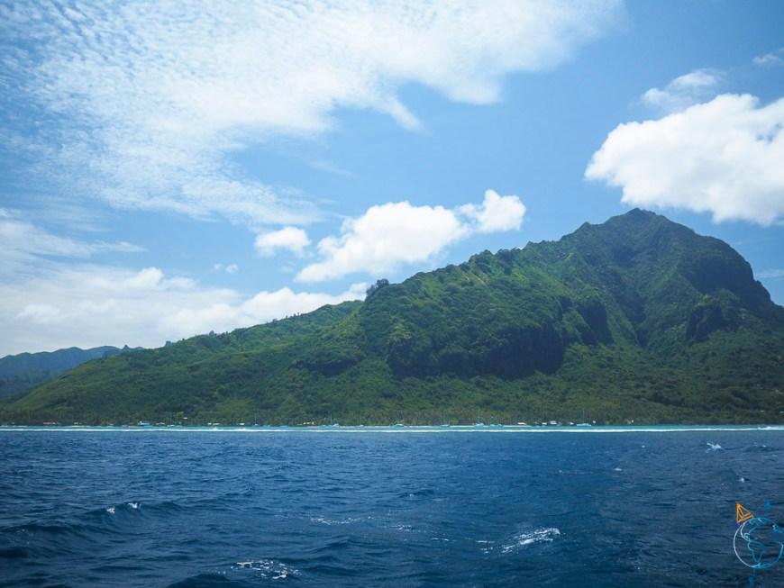 La ligne de crête du mont Rotui vue depuis la baie d'Opunohu en contrebas.