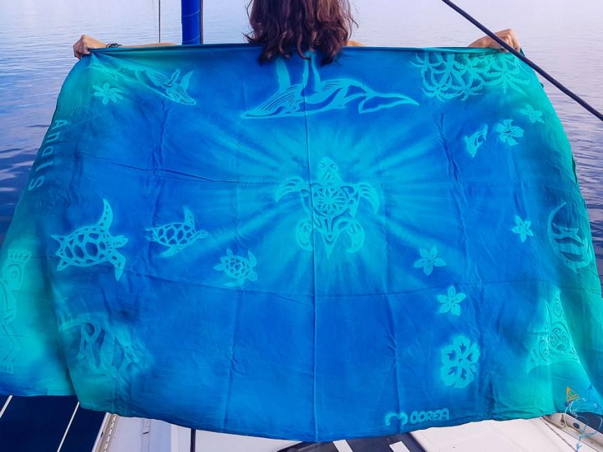 Paréo bleu turquoise aux dessins polynésiens, que j'ai décoré moi-même.