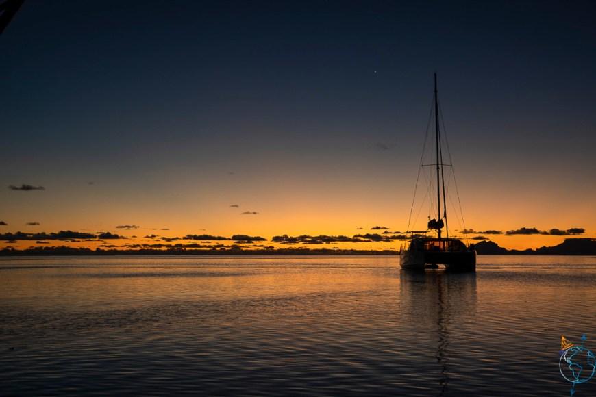 Coucher de soleil sur la baie d'Avea au sud de l'île de Huahine.