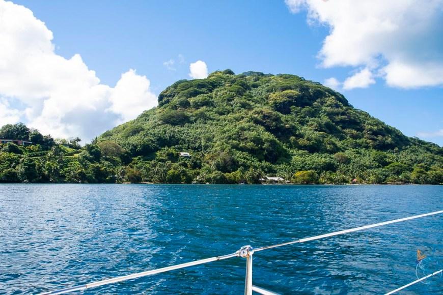 La végétation dense sur les reliefs de l'île de Huahine.