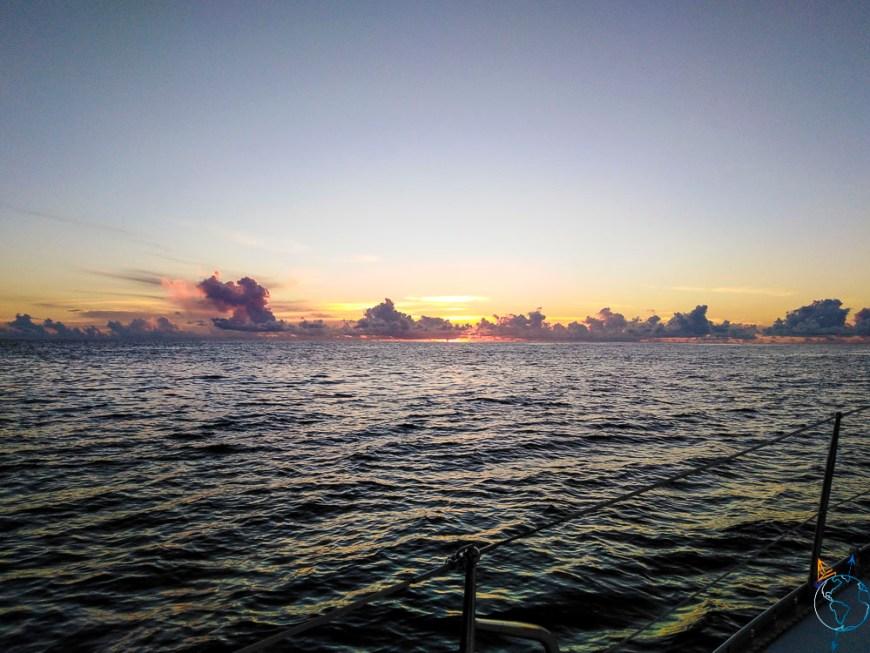 Coucher de soleil sur l'océan Pacifique au large de l'île de Moorea.