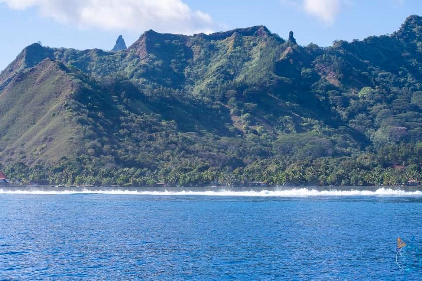 Les reliefs de Moorea vus depuis la mer.