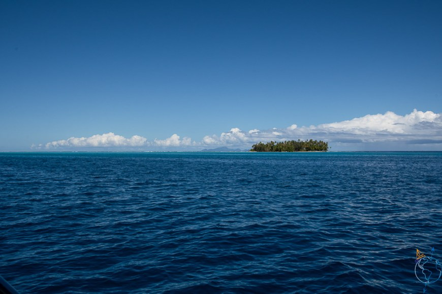 Vue sur Huahine au loin à l'est.