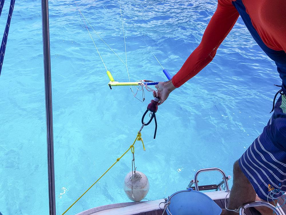 On a connecter préalablement la barre à un leash connecter au bateau