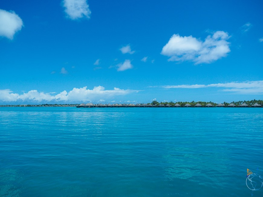 Hôtels de luxe à Bora Bora qui s'étalent sur les motu de l'île.