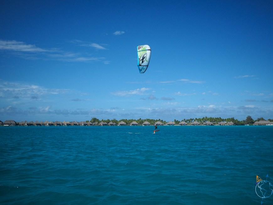 Essai du foil devant les hôtels de luxe de Bora Bora.