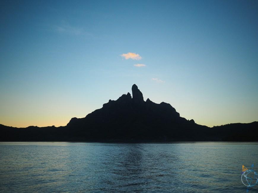 Bora Bora à la nuit tombée, dans un ciel pur sans nuages.