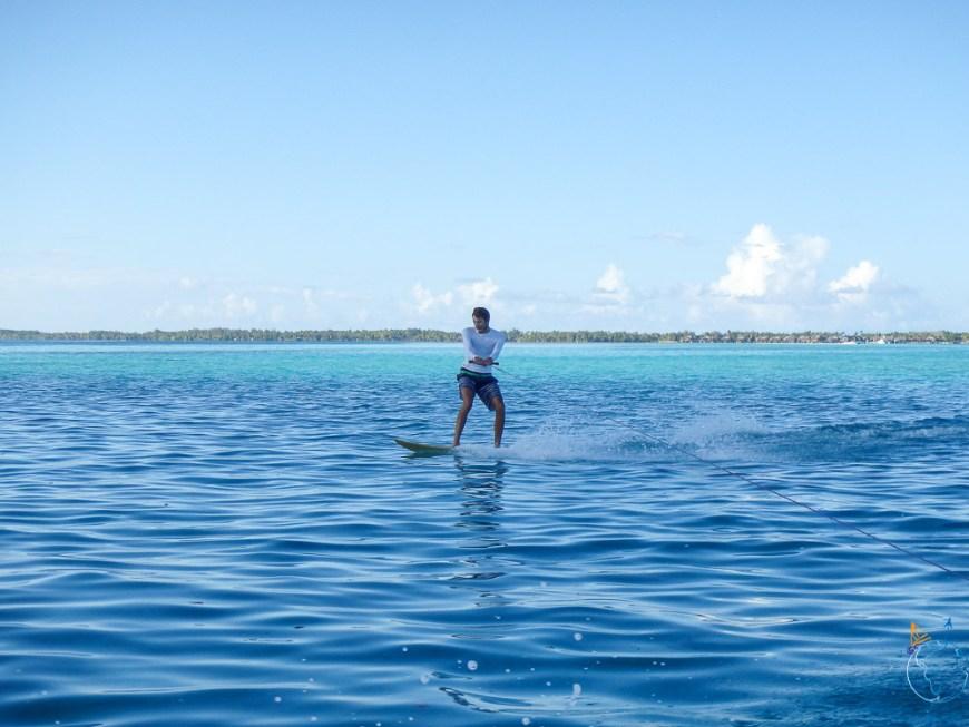 Surf tracté à pleine vitesse sur le lagon de Bora Bora.