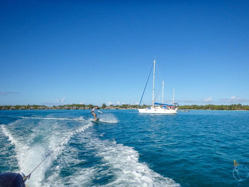Surf tracté derrière le speedboat d'Antonin.
