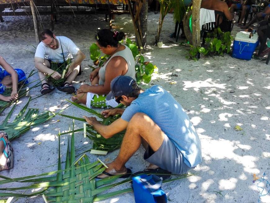 Atelier tressage de feuilles de palmiers.