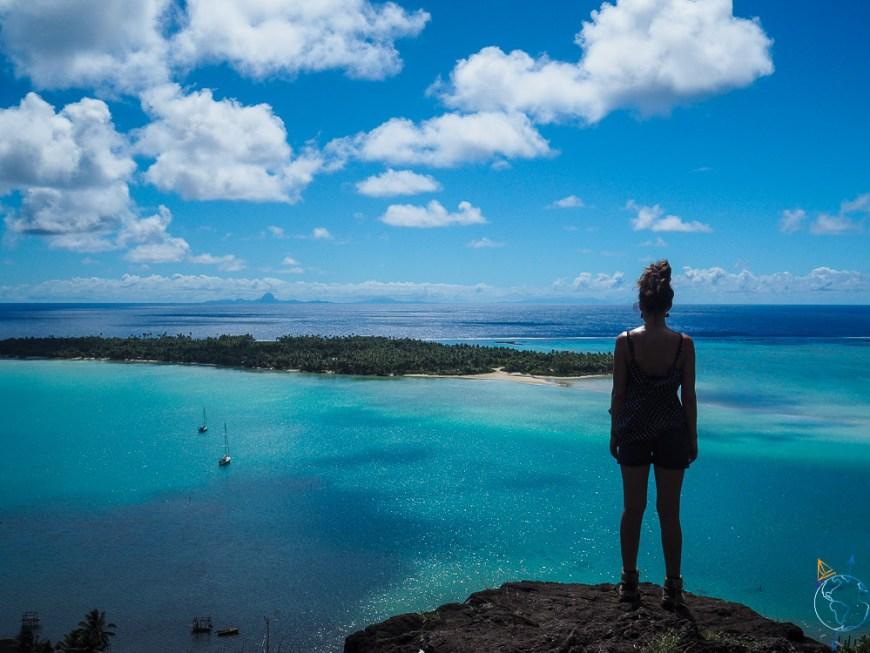 Point de vue sur Bora Bora au loin, depuis la randonnée vers le sommet de Maupiti.