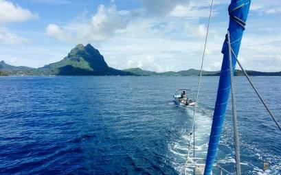 Remorquage de notre voilier dans la passe de Bora Bora.