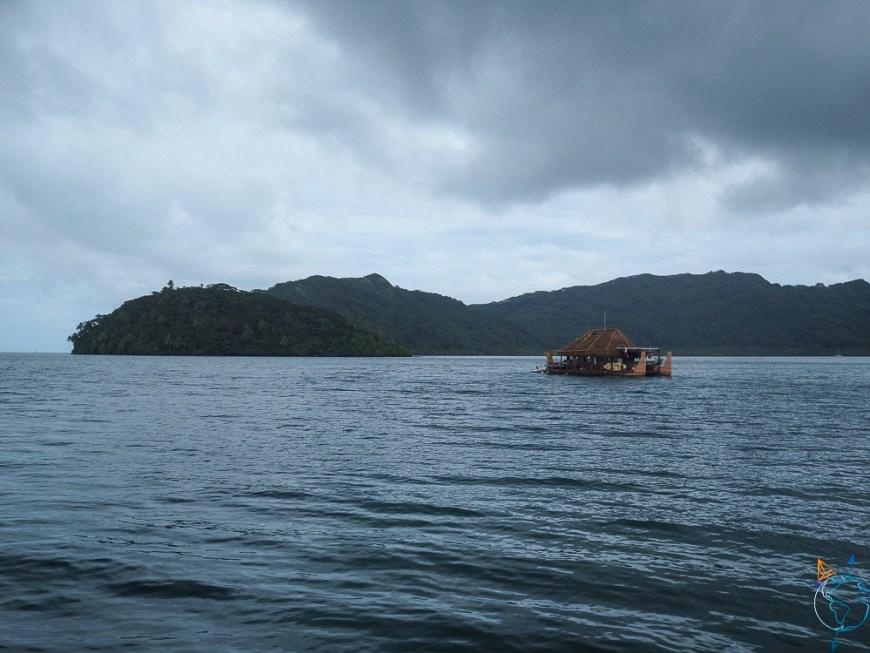 Maison pirogue sur le lagon de Huahine.