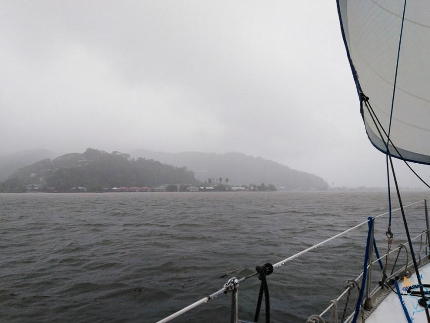 Navigation dans le brouillard et la pluie au nord-est de Raiatea.