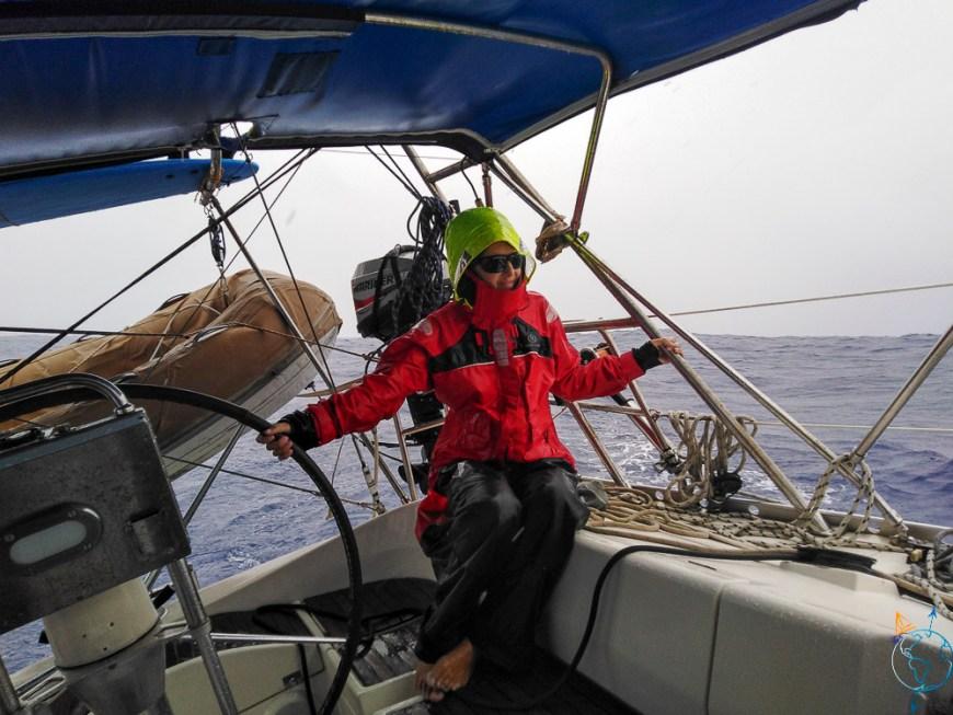 Navigation au près sous la pluie jusqu'à Huahine.
