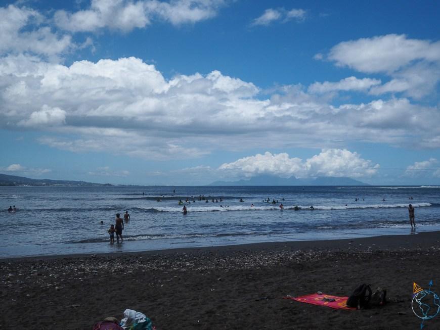 La plage de sable noir de la pointe Vénus au nord de Tahiti.