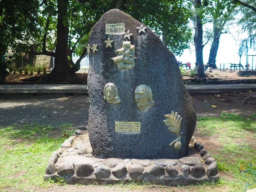 Stèle commémorant les révoltés de la Bounty, à Pitcairn.