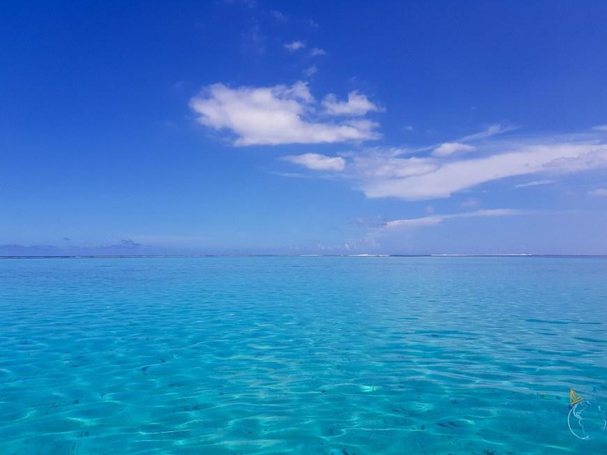Lagon paradisiaque avec l'océan au loin, derrière la barrière de corail.