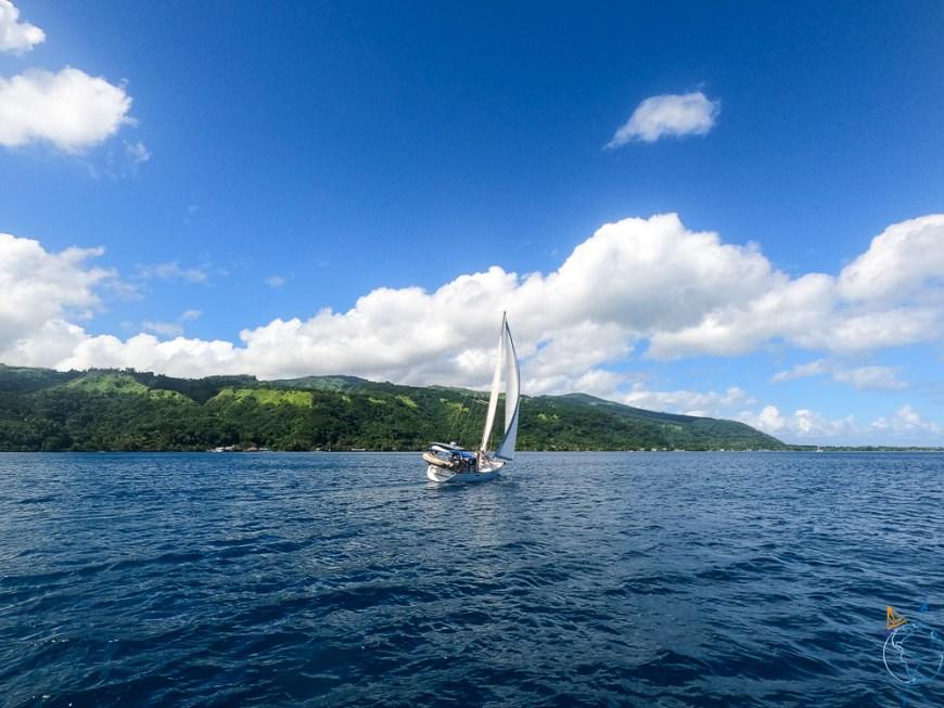 Manwë sous voiles sur le lagon de Tahiti, près de la presqu'île.