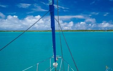 Notre voilier mouillé dans le lagon de Maupiti.