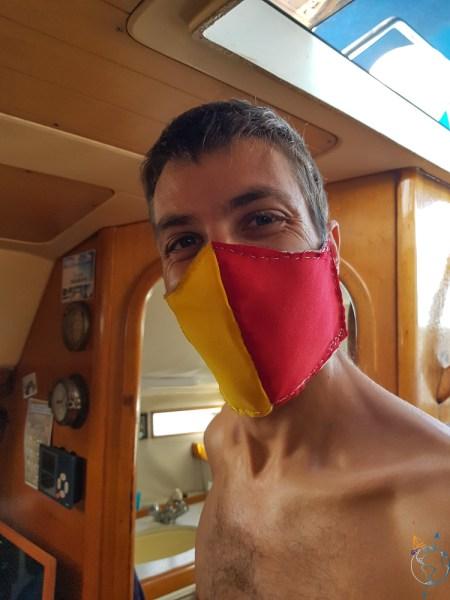 Masque en tissu fabriqué par Damien pour sortir pendant le confinement.