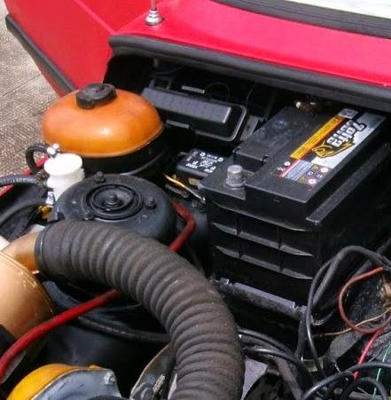 Repare a caixa de fusíveis do 147 a esuqerda da bateria, bem atrás do reservatório de cor alaranjada