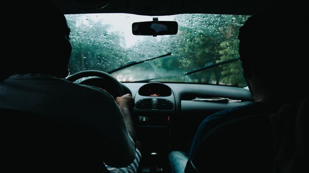 Como dirigir em pista molhada