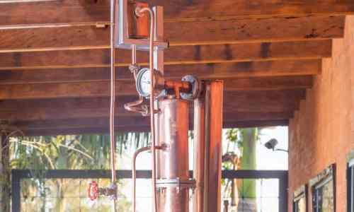 Coluna de destilação na cachaçaria Companheira