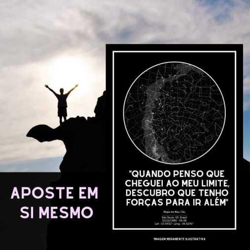 homem comemora conquista no pé da montanha, com poster do mapa do meu ceu preto em destaque com frase de fé